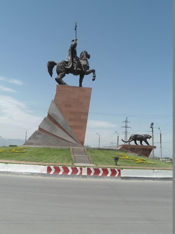 Oyko'l Manas haykali uch yil muqaddam O'sh shahriga kiraverishda o'rnatilgan. O'sh, may 2015.