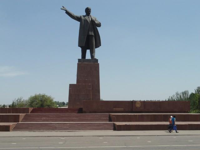 """Yo'llarimiz ayro, ammo """"dohiy Lenin"""" hali-hali markaziy maydonda salobat to'kib turibdi. O'sh, may, 2015."""