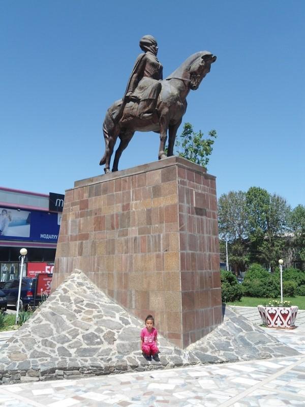 """""""Oloy malikasi"""" Qirvonjon dodho haykali shahar maydonlaridan birini bezab turibdi, O'sh, may, 2015."""
