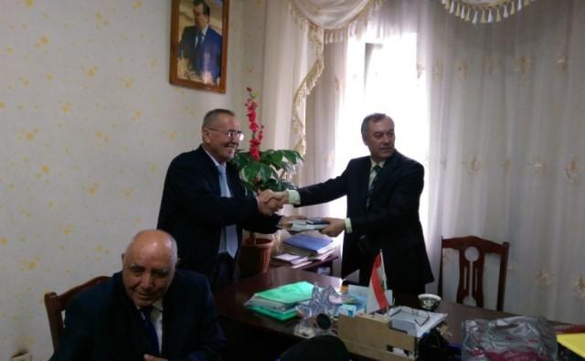 Professor Ergash Ochilov So'g'd viloyat o'zbeklar markaziga Tohkentda chop etilgan yangi kitoblarini tortiq etmoqda.