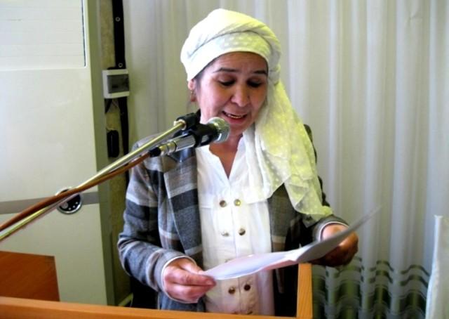 Tojikistonlik o'zbek shoirasi Munavvara Oymatova konferensiyada ilmiy ma'ruza qilmoqda