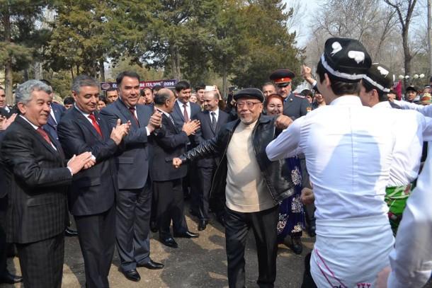 Tojik xalq yozuvchisi Muhiddin Xo'jazod karnay sadosida raqs tushmoqda.