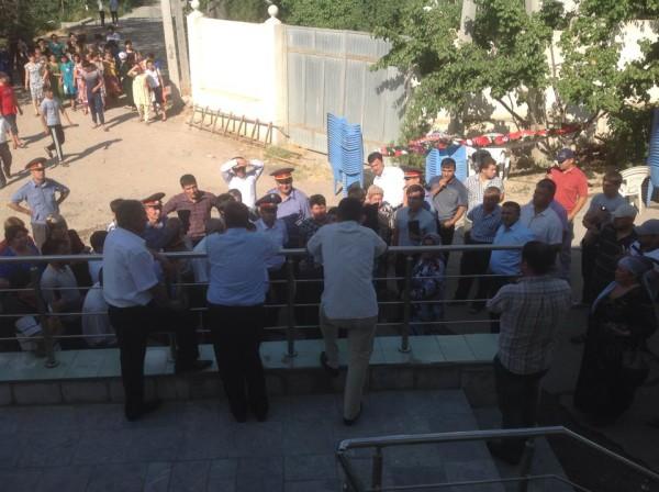 Partiya qarorgohi oldida hukumat tashkil etgan ayollar chiqish qilishga urinishdi.