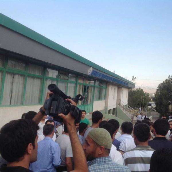 Partiya faollari qarorgohni buzish harakatini noqonuniy deb hisoblab, voqeani videoga olishmoqda.