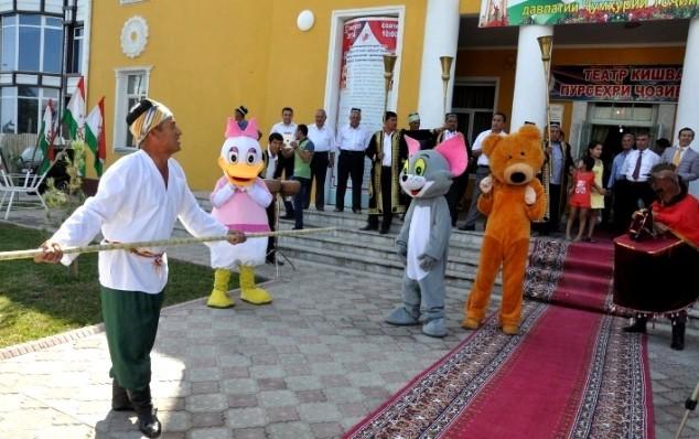Teatr hovilisiga darboz  Yunusov Abdujabbor kirib kelmoqda.