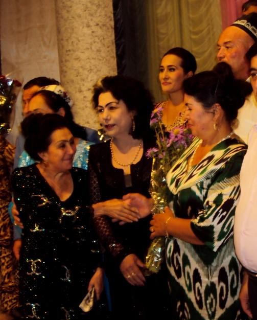 Teatr aktyor va xonandalari Mavlonova Zulfiya, Tojinisi Niyozova va Muanavvara Qosimoxonova