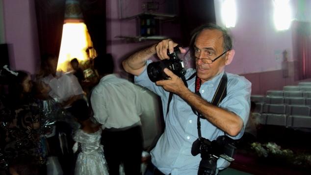 Yubiley so'ngida fotograf Renat barcha san'atkorlarni suratga muhrlamoqda.