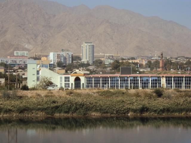7. Sirdaryo sohilidagi so'lim Khujand shahri manzarasi mehmonlarga juda yoqdi.
