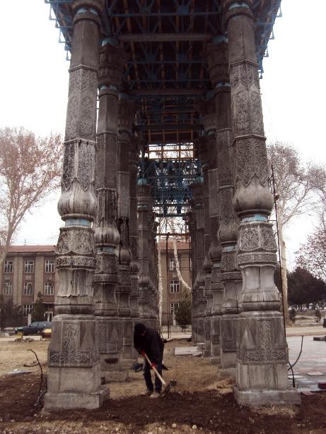 Arka ustunlari temir-betondan bo'lib, ustiga milliy naqsh tushirilgan.