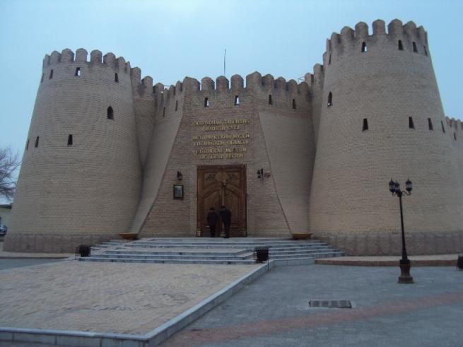 Qadimiy Xo'jand qal'asi devori ostida qurilgan tarixiy muzey binosi ko'hna obidani eslatadi.