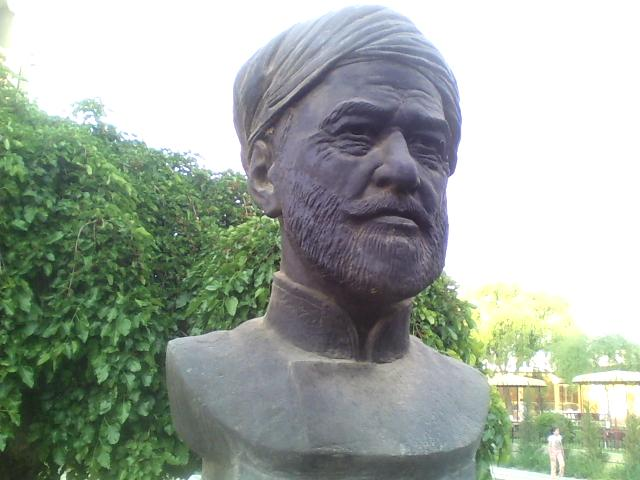 Shahar markazidagi  Hoji Yusuf Ibni Mitfayozga (1842-1924) o'rnatilgan byust