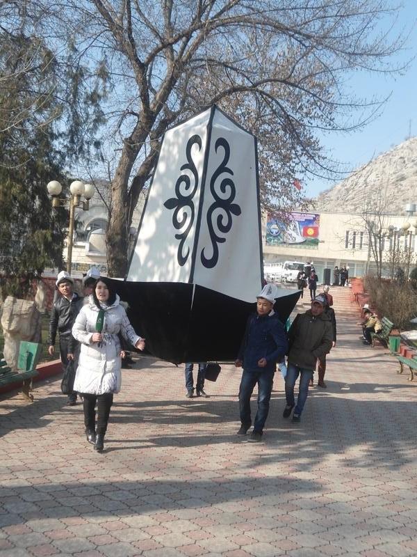 Qirg'izistonda har bahor milliy bosh kiyim – Oq qalpoq kuni o'tkaziladi, O'sh shahri, mart 2014.