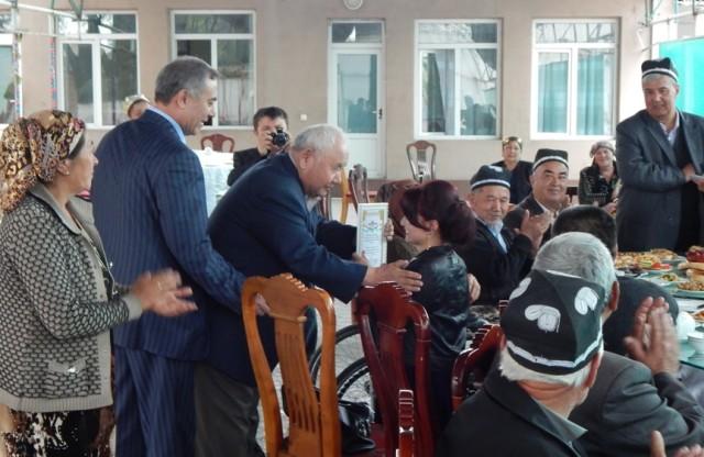 Professor Berdiali Turdialiyev shoiraga sovrin diplomini topshirmoqda