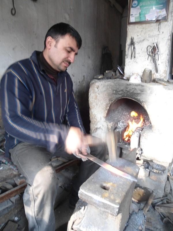 Pichoqchi Bahromjon yaxshi toblangan metall bilan ishlaydi, O'sh, aprel, 2015-yil.